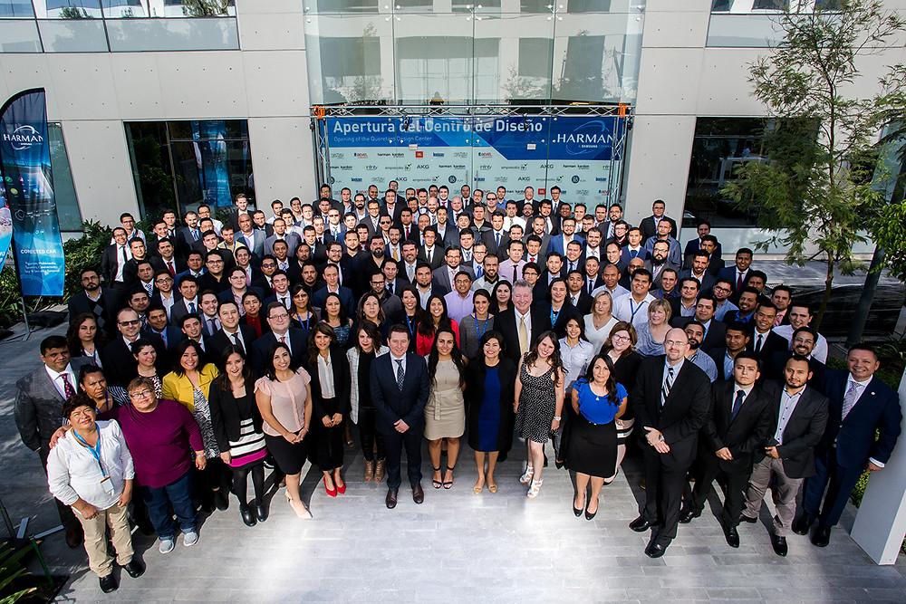 Foto grupal, empleados y directivos del Centro de Diseño Harman