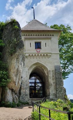 שער הכניסה לטירת אויצוב