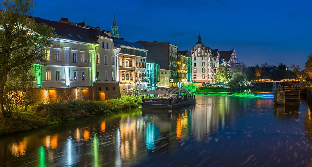 העיר העתיקה משתקפת על גדות הנהר