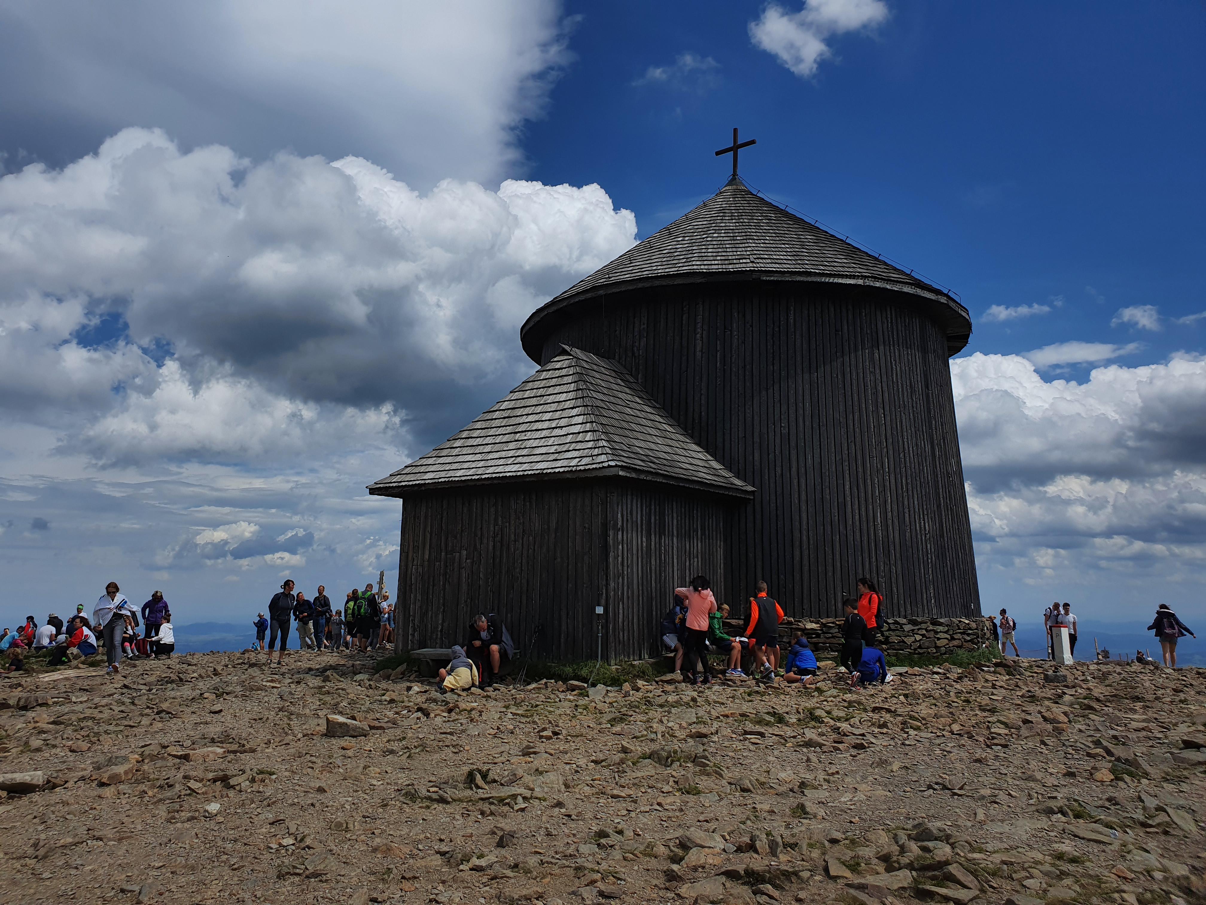 כנסייה על פסגת שנייז'קה