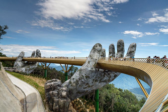 The-Golden-Bridge-is-lifted-by-two-giant