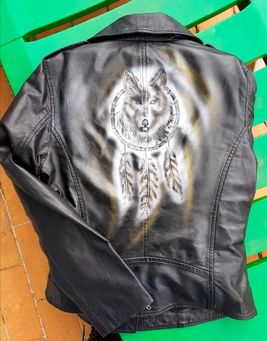 Peinture sur veste en cuir