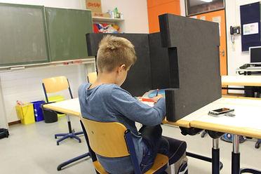 BRAINCASE Tischtrennwand für Förderschüler