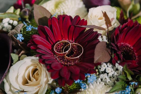 Vielsesringe i brudebuketten