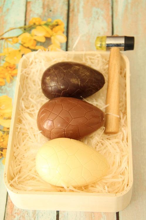 שלוש ביצי הפתעה בתוספת פטיש לשבירת הביצה,ארוזות במגש עץ מעוצב, מתנה מושלמת