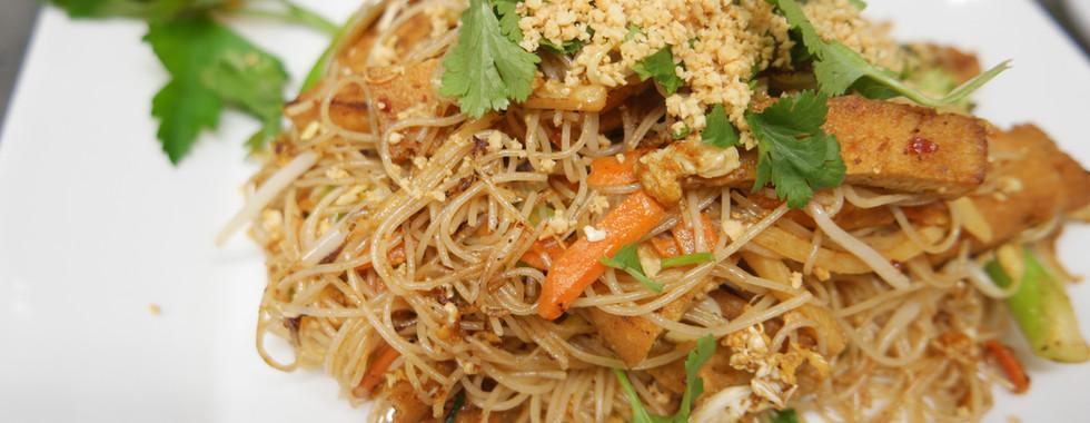 nr. 21 Stekta risnudlar med tofu, färsk koriander och krossade jordnötter