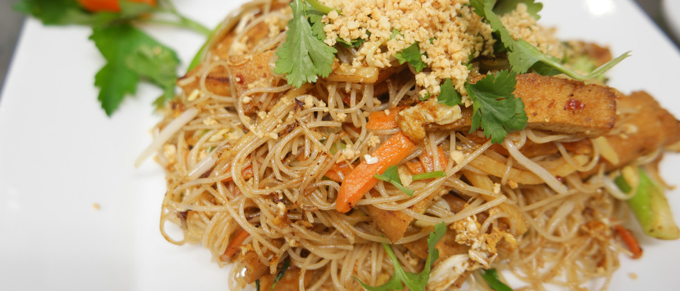 nr.21 Stekta risnudlar med tofu, färsk koriander och krossade jordnötter