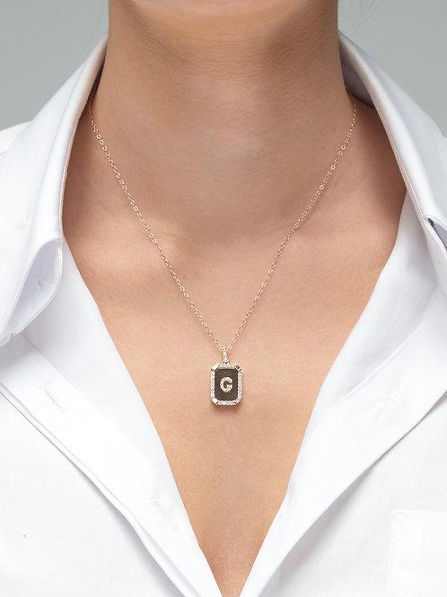 Dikdörtgen plaka üstünde harf kolye
