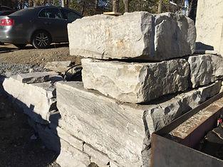 mur de pierre taillé pour un paysagemnet de qualité nous istallons la tourbe et topsoil