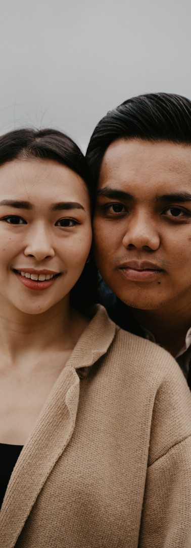 Inspired by {Emilyn & Ilham}    他是馬來人  我是華人  從一開始的不被看好  到現在的被大家祝福  這一路走來,其實不容易。  幸好,我們都熬過了    印象中他好像還欠我一個認認真真的表白  那時候他送我回到宿舍  途中突然緊張兮兮的握了我的手  和我說:誒,我是認真的哦  我愣了一下,啊,我也是認真的。    和他剛戀愛的那會兒是冬天  他喜歡飯後  拿著吉他到我們學校操場那散步  天啊 真的好冷啊  但礙於還是熱戀期不想潑他冷水  每次都是穿的厚厚的像只企鵝和他散步消食  現在想起,都很愛吐槽他 哈哈    我們唸書的那個地方是個村  沒有什麼特別多的娛樂活動  最常做的就是趁天氣好的時候  躺在草地上看星星  幻想著一切美好的未來    後來,我們到城市繼續升學  終於啊 他也不用特地從遙遠的南邊宿舍送我回到另一頭的北邊宿舍 因為我們真的住的很近  週末他愛睡懶覺  我偏是個早起的鳥兒  特別喜歡把他早早叫醒  約他一起到市場逛逛拍拍照  印像中,他好像都沒拒絕過我耶    我繼續呆在英國唸書  他回國上班了  我們遠距離戀愛了一年    期間他給我寫了首歌  歌詞是這樣的:    Lagu ini kuciptakan untukmu  Walau berjauhan beribu batu  Pabila bulan dan bintang menerangi malam kita  Kuucapkan kata kata ku    Pernahkah kau terbayang hidupku tanpamu  Takkan ada segala cinta yang kita lalui bersama  Ku sanggup hadapi semua hidupku dengan mu    我啊  也不能想像生活沒有你呢。    結束遠距離,  我們現在正在一起為生活奮鬥中。
