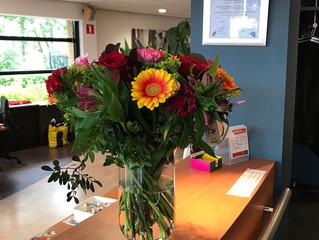 OSB feliciteert ACW met jubileum middels een prachtige bos bloemen