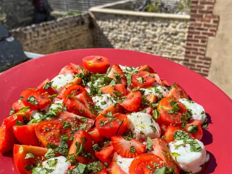 Salade caprese tomates mozzarella, fraise, huile d'olive à la menthe
