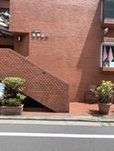 ⑦お洒落なレンガの建物【ラポール南青山54】です。一階にはタオルショップがございます。