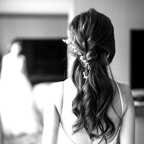【 Hairstyle for brides】__Loose braided half up with soft curls speak it's softness quietly_edited.jp
