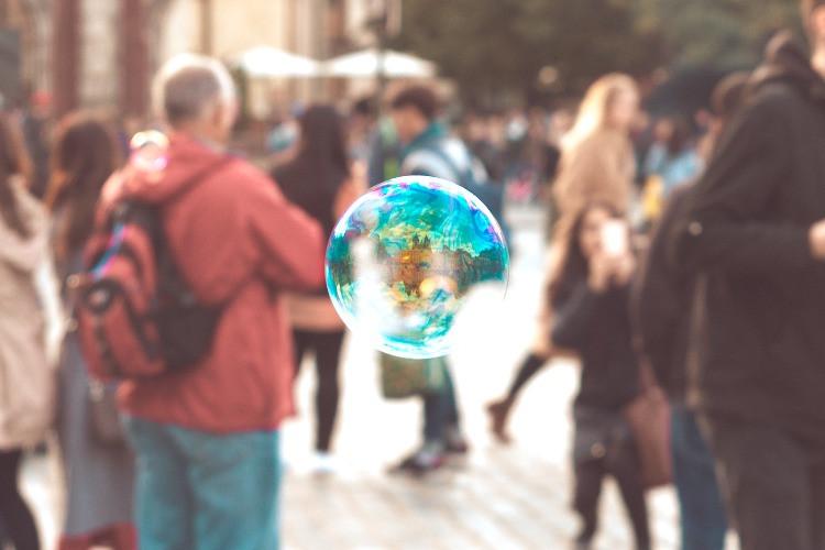 Una bolla in mezzo a diverse persone