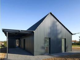 maison-hangar-metallique-une-enveloppe-m-tallique-de-t-le-noire-pour-une-habitation-maison-dans-hangar-metallique-maison-dans-hangar-metallique