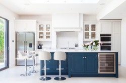 ilha-central-com-a-cor-azul-em-uma-cozin