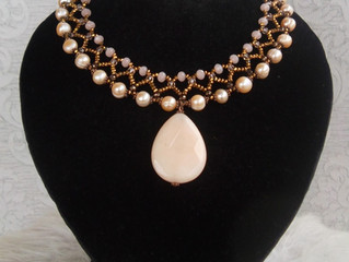 Girocollo perle di fiume con goccia in Agata