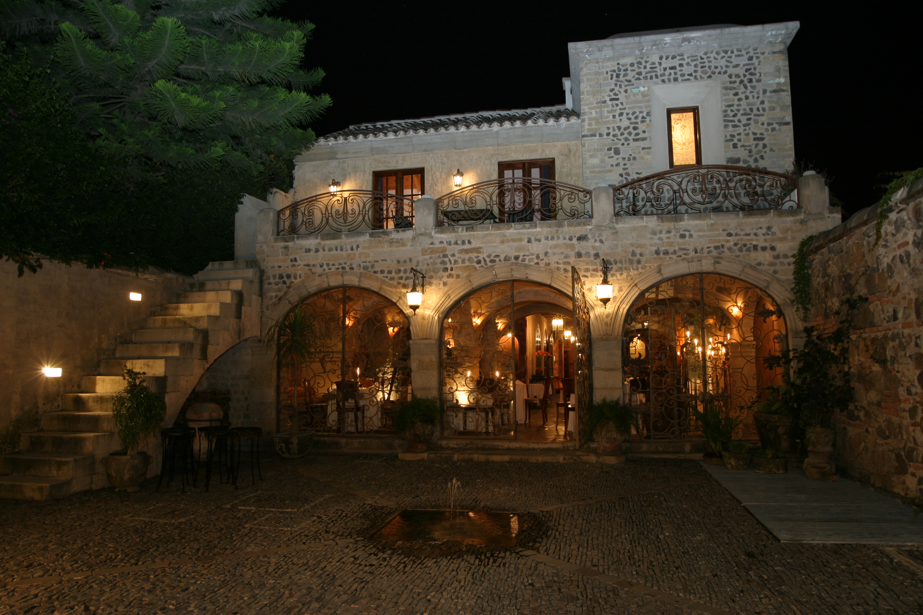 Night image of la cueva exterior
