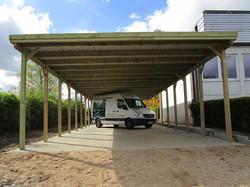 Carportanlage lang mit vielen Stellplätzen