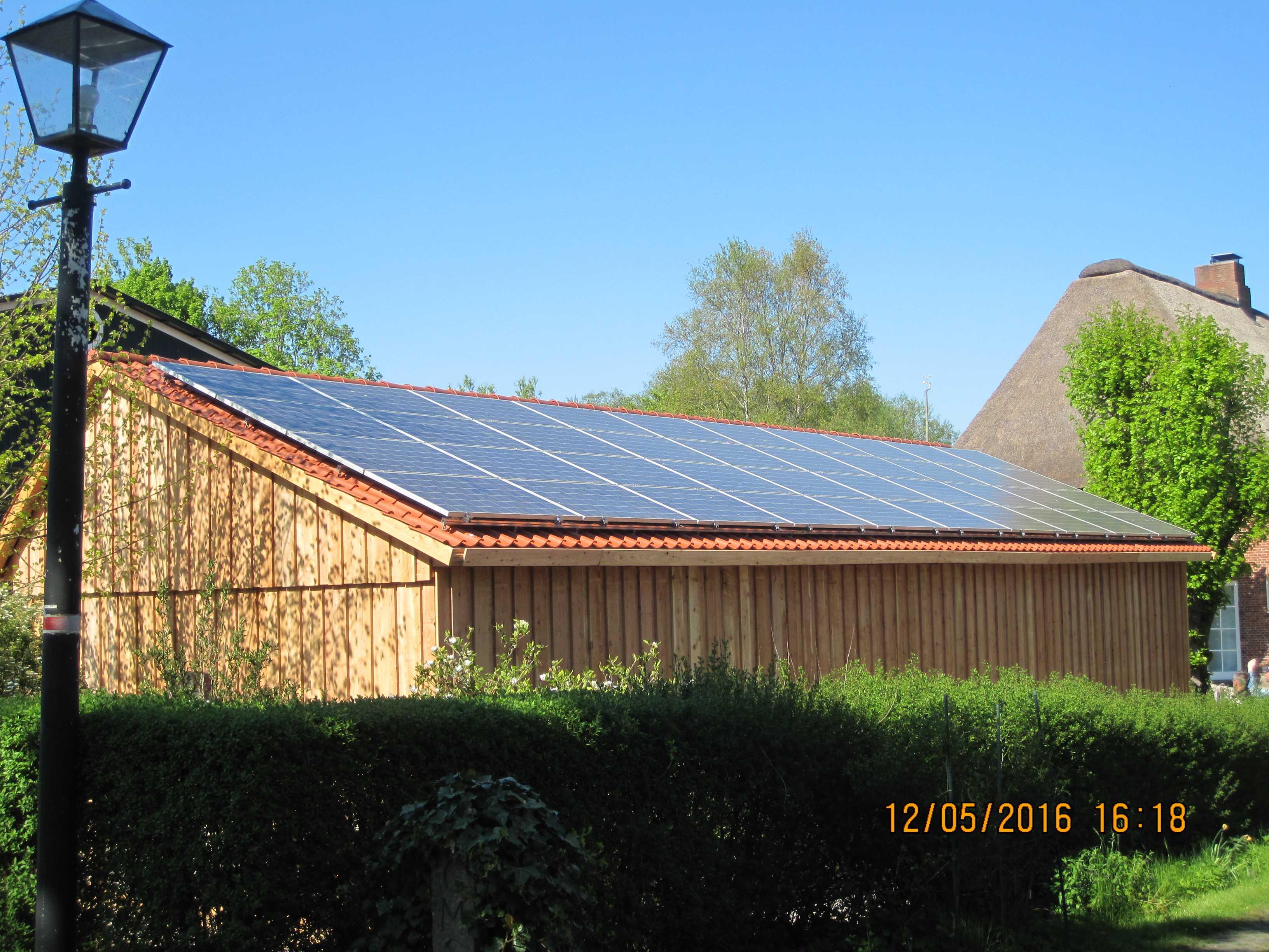 Satteldach-Carport mit Photovoltaik-Anla