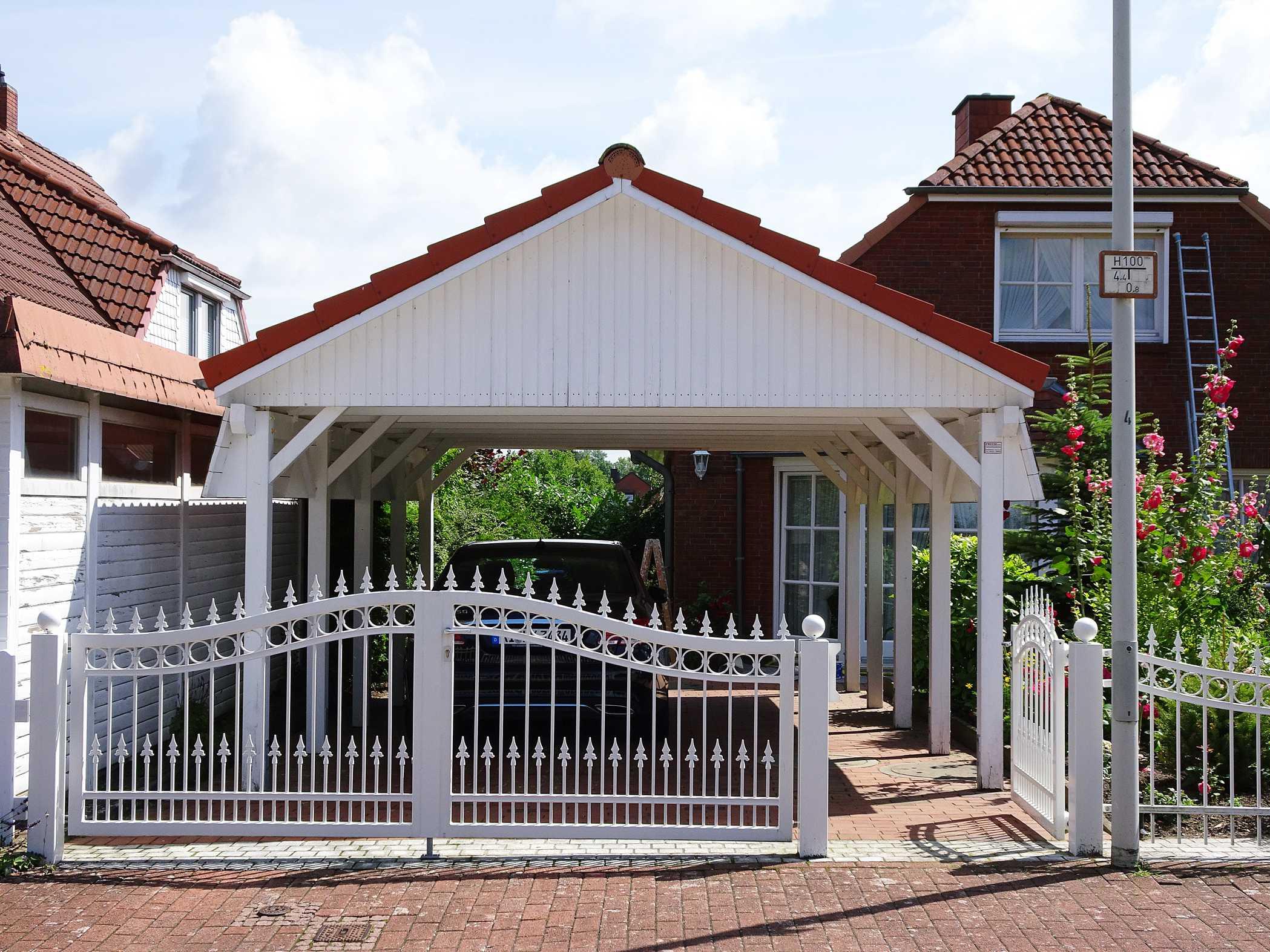 Carport Satteldach rot weiß gestrichen