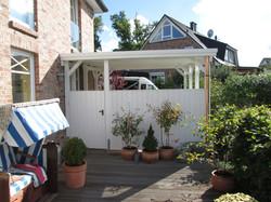 Terrassenüberdachung geschlossen weiß mit Windschutz