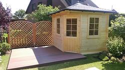 Terrasse mit Gartenhaus und Zaun Holz