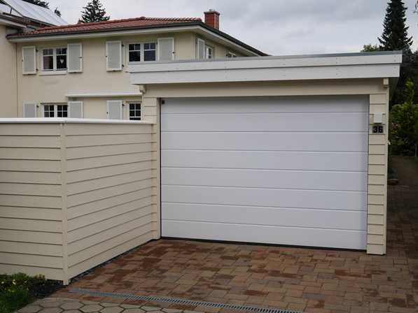 Garage in perlweiß passender Zaun