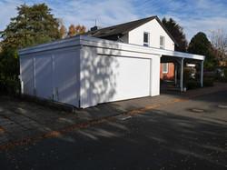 Garage mit angeschlossenem Carport in weiß