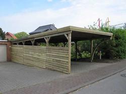 Carport mit angepasster Verkleidung an Bodengefälle