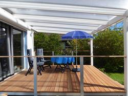 Schöne Terrasse Holz mit Terrassendach