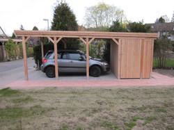 Carport Lärche mit Holzblende und Geräteraum