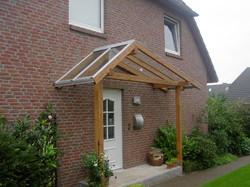 Vordach aus Leimbindern mit Glasdach