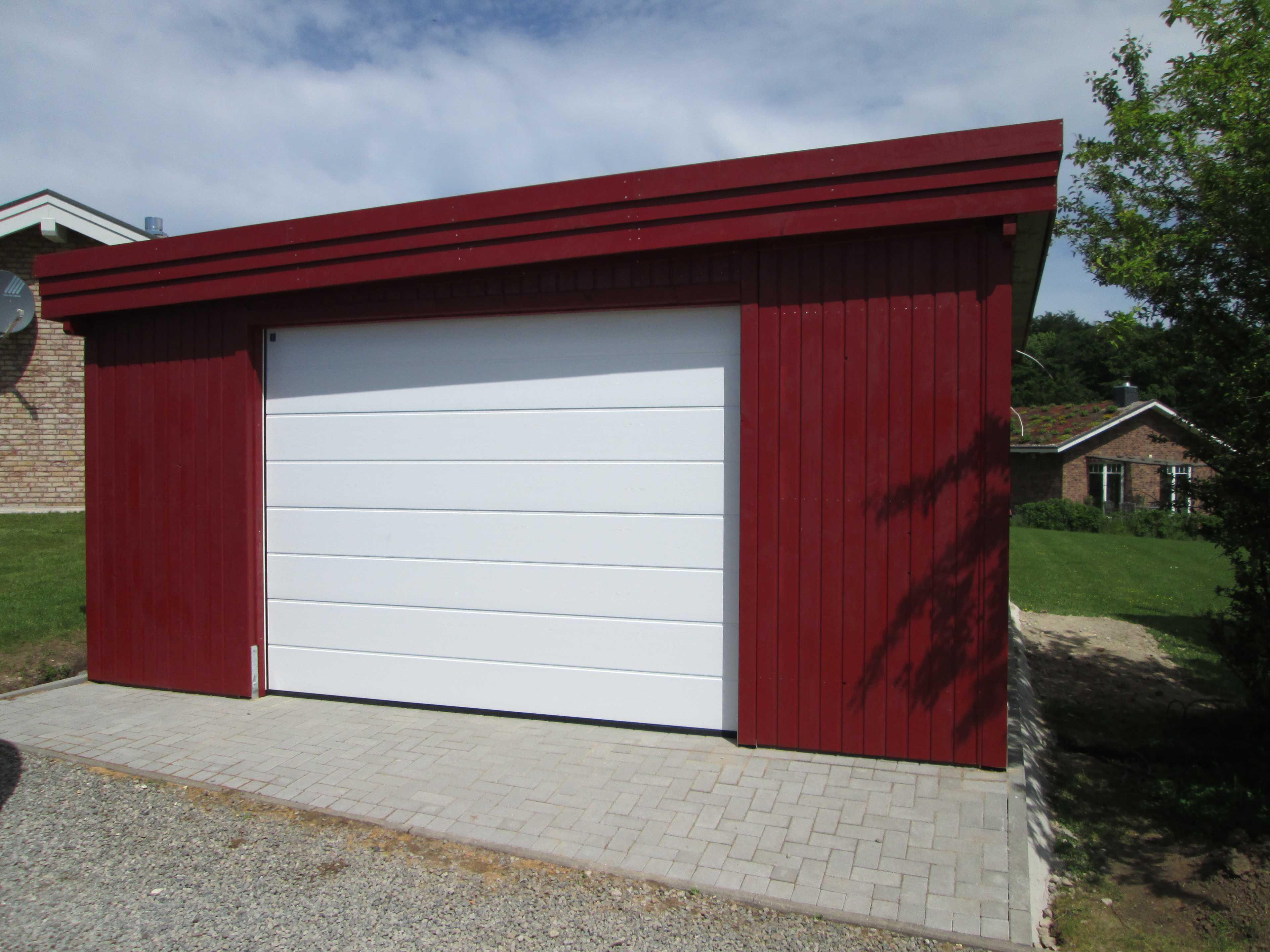 Garage aus Holz in rot und weiß