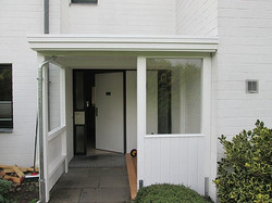 Vordach in weiß mit Echtglas und Fenster