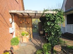 Überdachung aus Lärche mit Lichtplatten natur