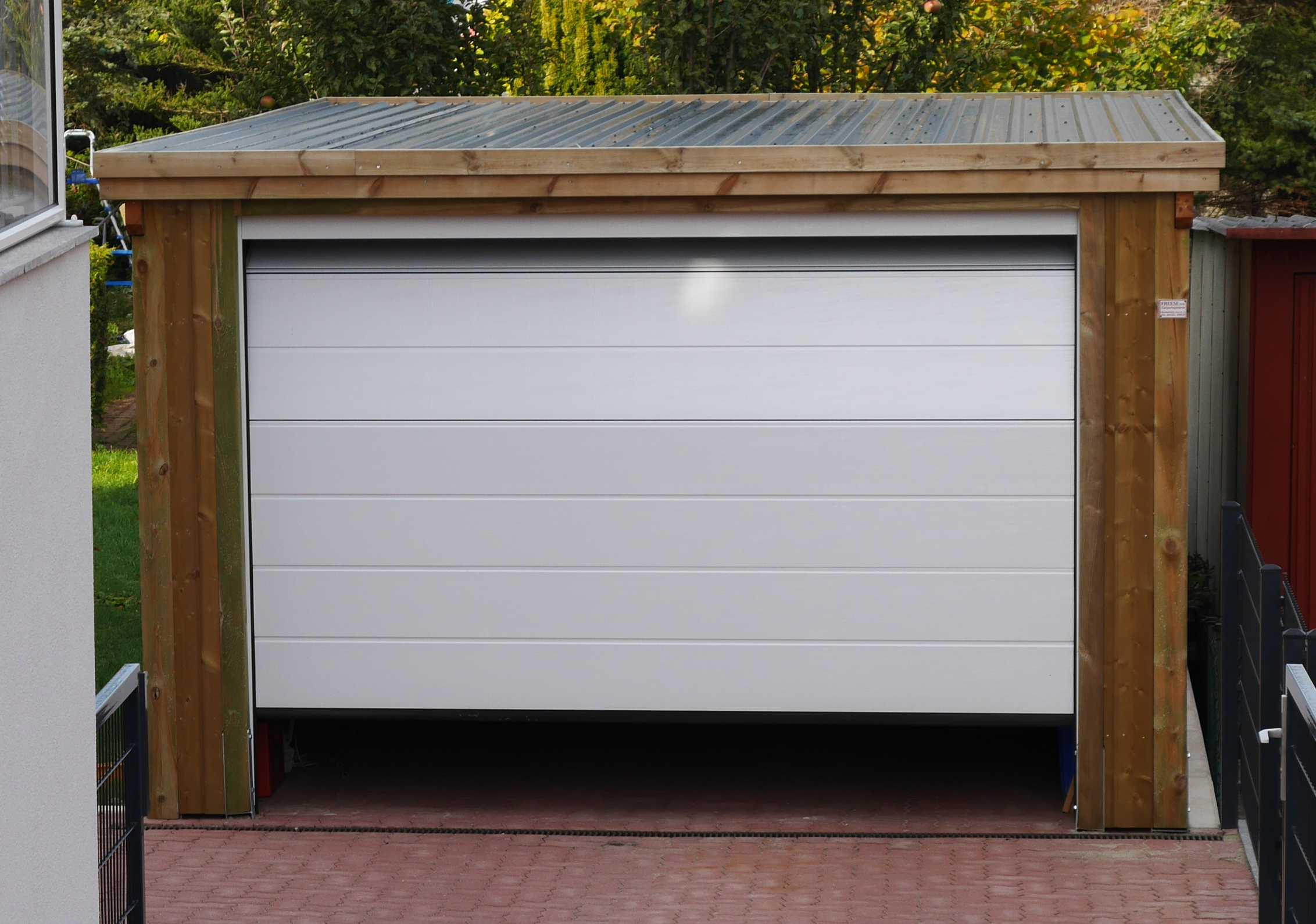Garage aus Holz weißes Tor FREESE Holz