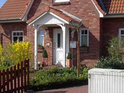Vordach weiß mit roten Dachpfannen
