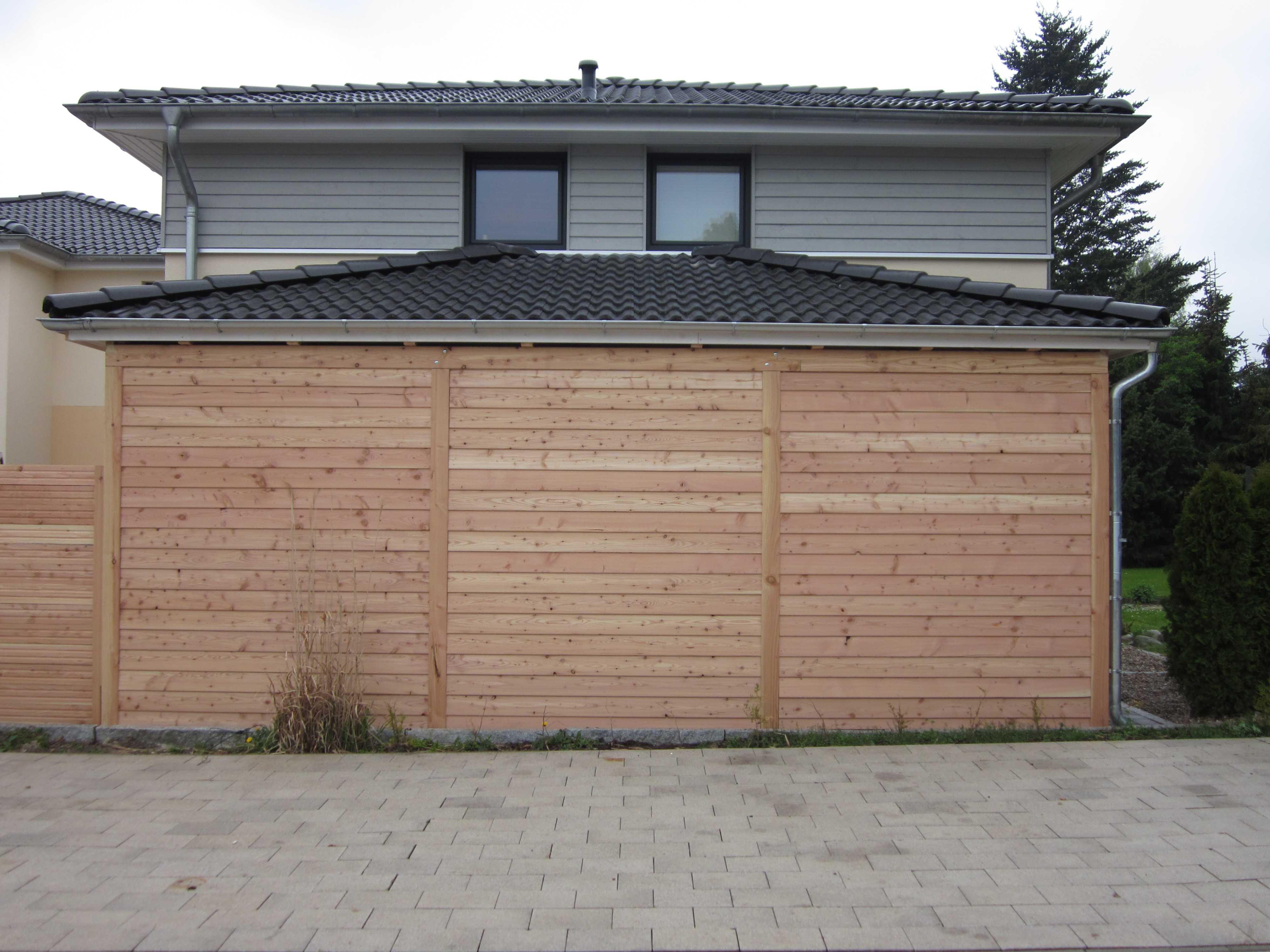 Carport mit Walmdach modern in naturbelassenem Lärchenholz