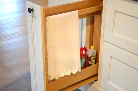 Håndkle og vaskemiddeluttrekk med innmat i lakkert eik