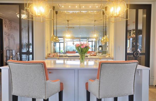 Sentralt plassert kjøkken øy med hyggelige sitteplass til to