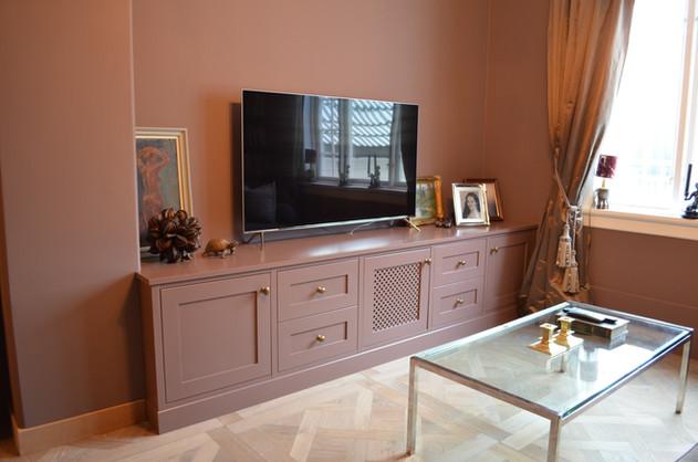 TV Benk tilpasset pipe og vegg med samme farge som innredningen