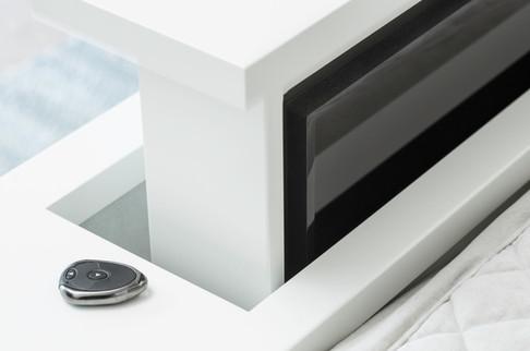 TV heis med fjernkontroll for hev og senk gir mulighet for å ha TV på soverommet som kan skjules når den ikke er i bruk