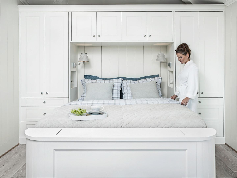 Garderobe og seng med innebygget TV i maritime farger