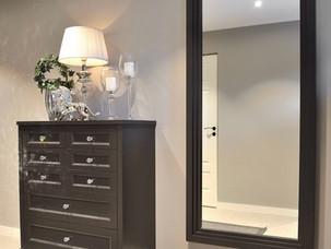 Kommode og speil i yttergang