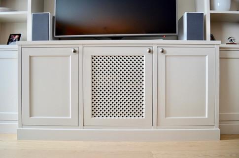 Spesialtilpasset bokhylle. Innebygget tv benk med høyttalere på siden. Eget skap med lufting til dekoder. Lys grå farge og antikk tinn knotter