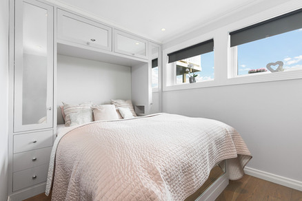 Plassbesparende seng og garderobeløsning på et mindre soverom eller gjesterom