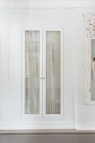 Utvendig gir garderobeskapet et dempet og sømløst preg flushet mot vegg