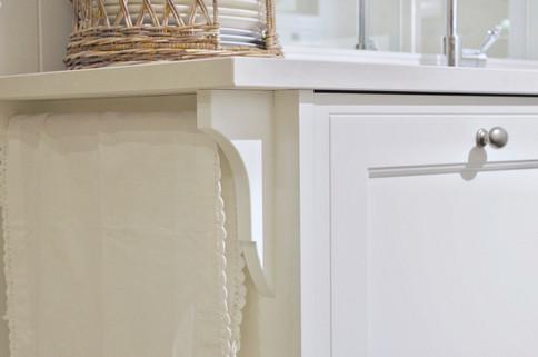Flott detalj fra synlig dekorert håndkleholder på enden av kjøkkenbenken